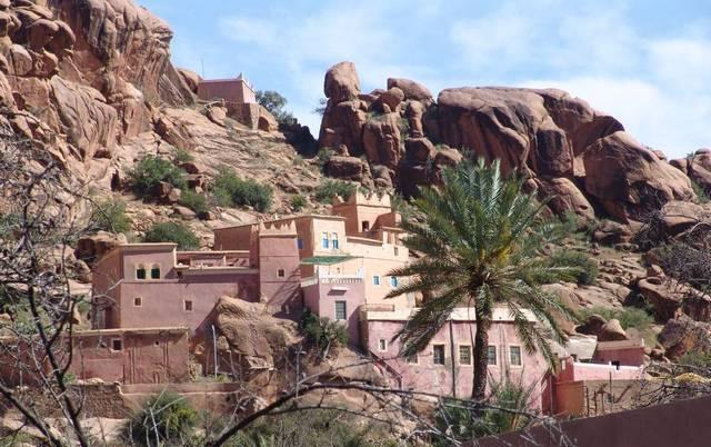À quelques mètres de la route, Adaï et sa mosquée rouge accroché aux reliefs tourmentés.